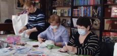 Мастерицы сами шьют защитные маски